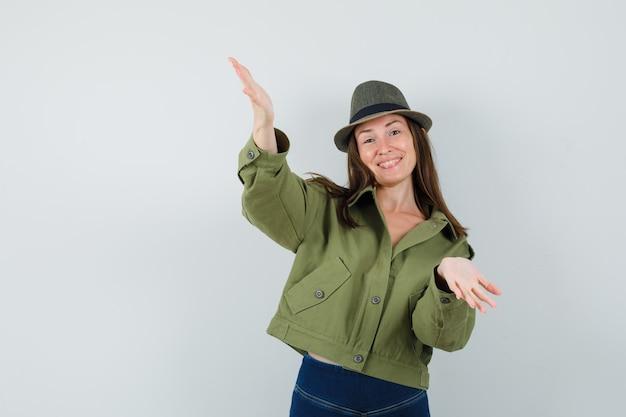 재킷 바지 모자에 포옹 팔을 열고 메리 찾고 젊은 아가씨