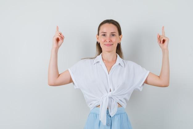 ブラウスとスカートで上向きに自信を持って見える若い女性