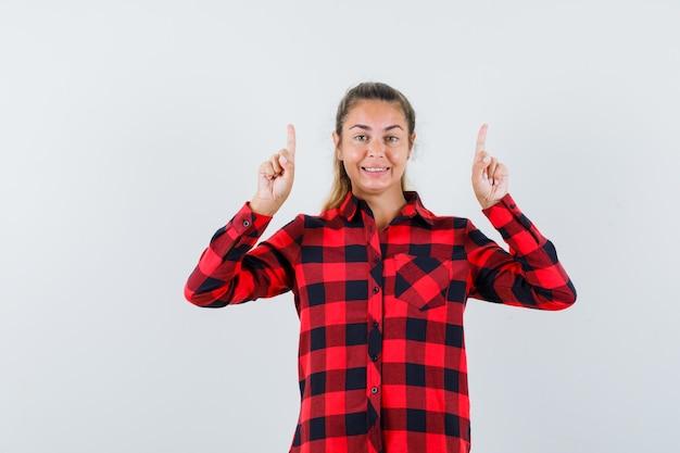チェックのシャツを着て、幸せそうに見える若い女性
