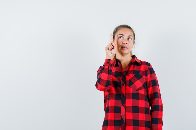 체크 셔츠에서 가리키는 잠겨있는 찾고 젊은 아가씨
