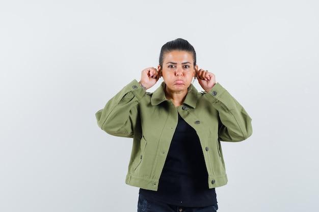 Девушка опускает мочки ушей в футболке