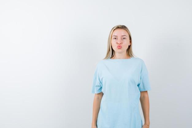Tシャツに唇をふくれっ面でキスを送信し、かわいく見えるお嬢様
