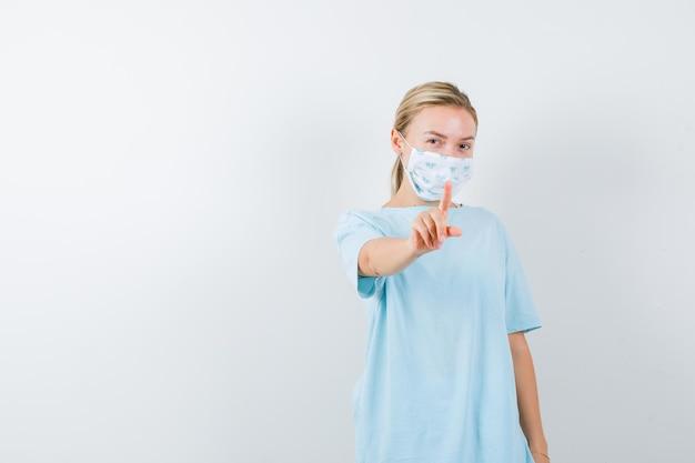 孤立したtシャツで細かいジェスチャーを示す若い女性