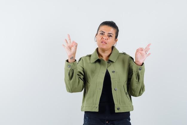 Tシャツで瞑想のジェスチャーを示す若い女性
