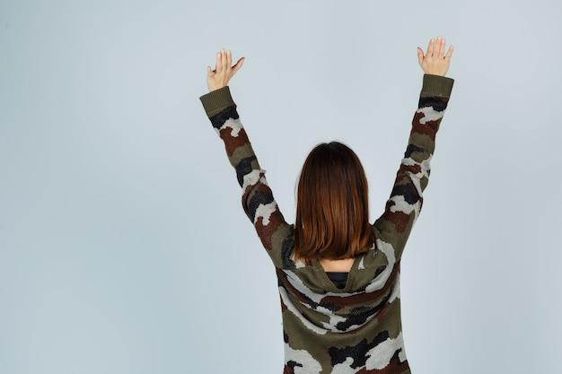 セーター、スカートで上半身を伸ばして眠そうな若い女性