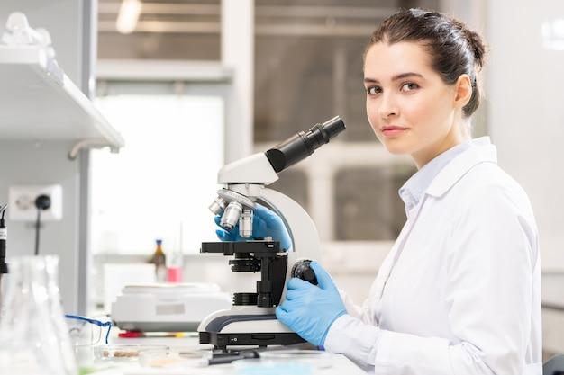 Молодая леди, изучение бактерий в лаборатории