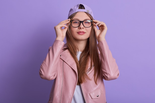 Молодая леди в розовом пиджаке, шляпе и очках