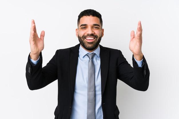 Молодой латинский деловой человек
