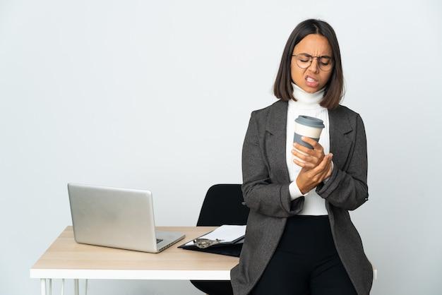 손에 통증을 앓고 흰색 배경에 고립 된 사무실에서 일하는 젊은 라틴 비즈니스 여자