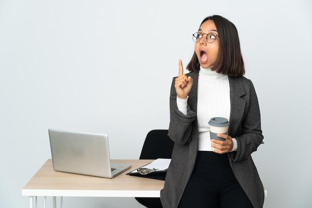 Молодая латинская деловая женщина, работающая в офисе, изолированном на белом фоне