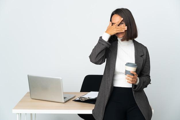 사무실에서 일하는 젊은 라틴 비즈니스 여자는 손으로 흰색 coning 눈에 고립 된 미소