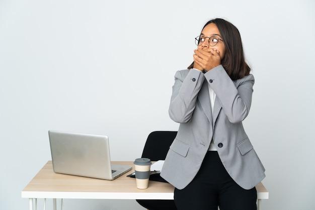 흰색 코닝 입에 고립 된 사무실에서 일하고 측면을 찾고 젊은 라틴 비즈니스 여자