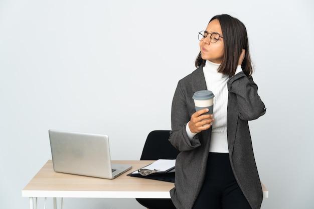의심을 갖는 흰색에 고립 된 사무실에서 일하는 젊은 라틴 비즈니스 우먼