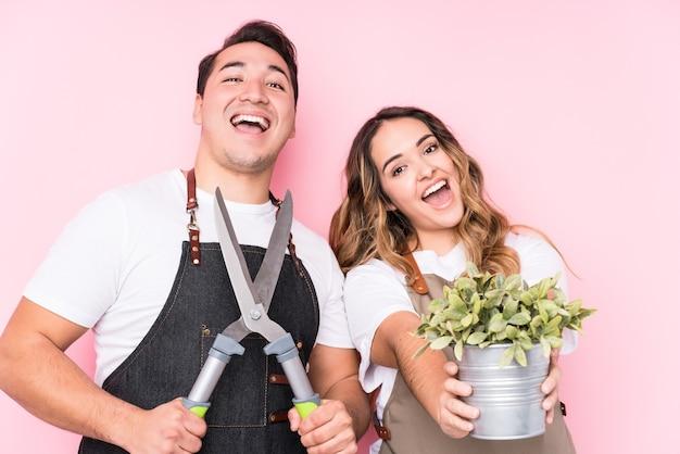 愛のカップルで若いラテン系庭師