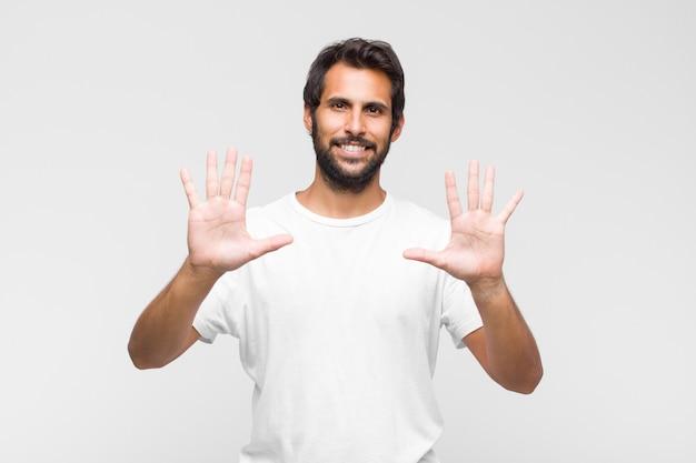 젊은 라틴 잘 생긴 남자 웃 고 친절 하 게 찾고, 앞으로 손으로 숫자 10 또는 10을 보여주는 카운트 다운