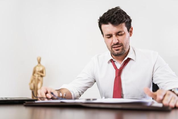 젊은 라틴 남성 변호사 또는 사무실에서 밤샘 근무하는 직원