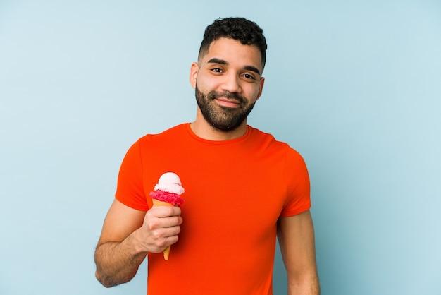 Молодой латинский человек, держащий мороженое, изолировал счастливые, улыбающиеся и веселые.