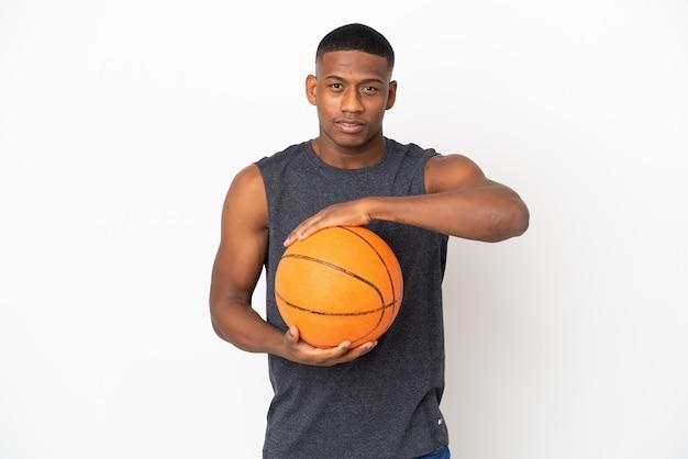 흰색 농구에 고립 된 젊은 라틴 남자