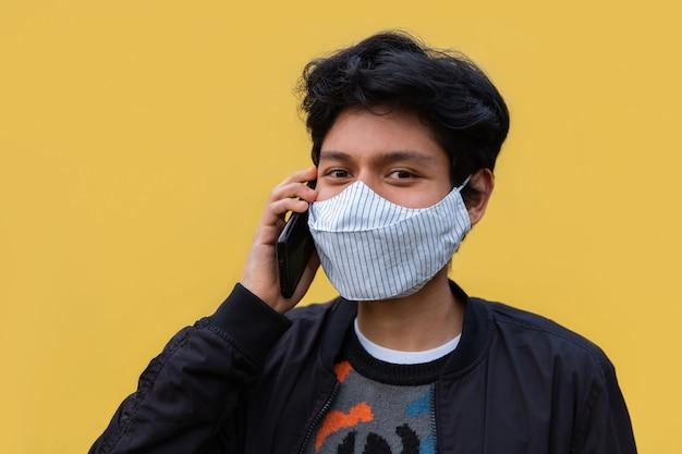 마스크 라틴 젊은이 전화 통화
