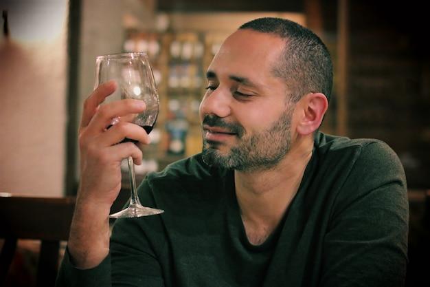 Молодая латинская модель пьет бокал вина