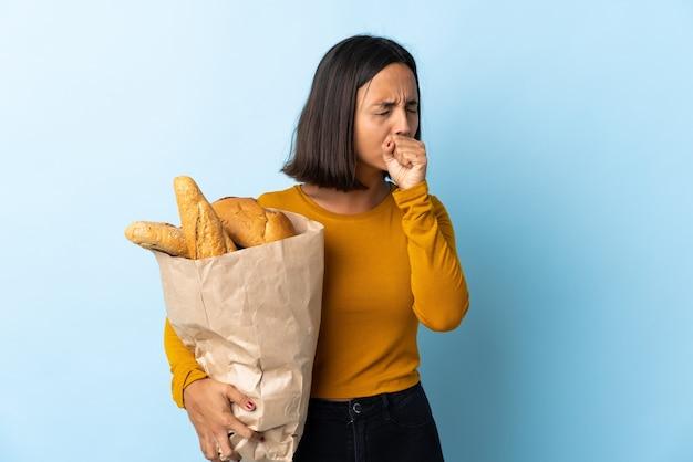 Молодая латинская женщина покупает хлеб