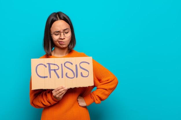 Молодая латинская женщина. концепция кризиса