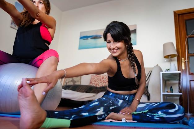 Молодая латинская женщина тренируется дома