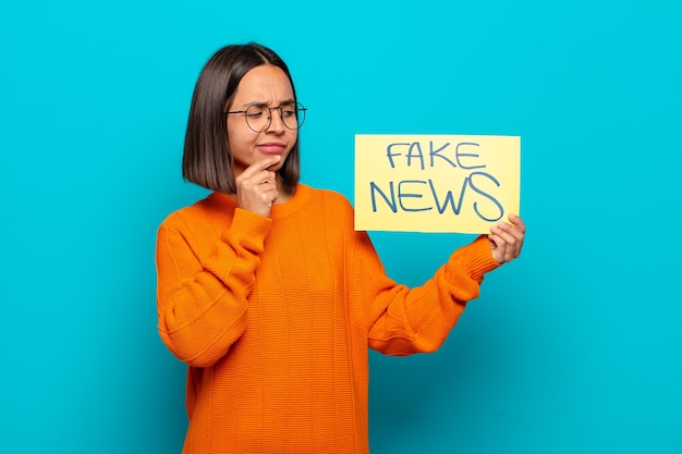 若いラテン女性の偽のニュースの概念