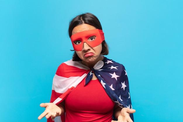 ラテン系の若い女性は、無知で混乱していると感じ、何も知らず、愚かなまたは愚かな表情で絶対に困惑しています