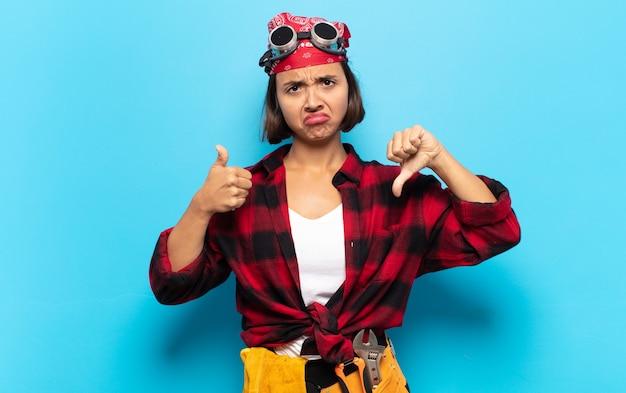 Молодая латинская женщина чувствует себя смущенной, невежественной и неуверенной, взвешивая хорошее и плохое в различных вариантах или вариантах
