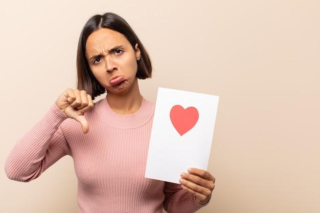 십자가, 화가, 짜증, 실망 또는 불쾌감을 느끼는 젊은 라틴 여자