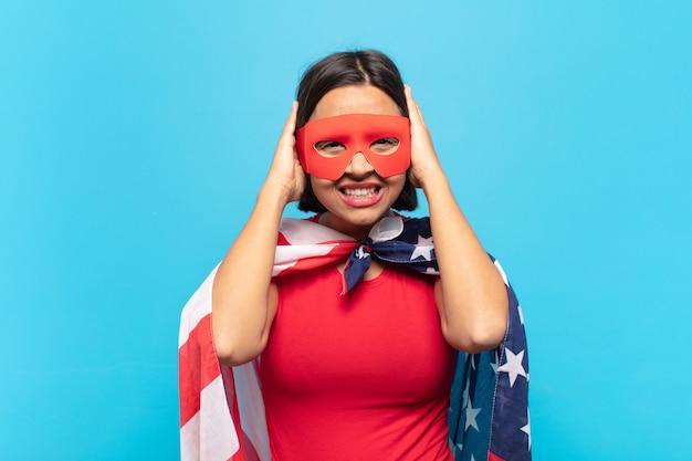 欲求不満とイライラ、失敗にうんざりしている、退屈で退屈な仕事にうんざりしている若いラテン女性