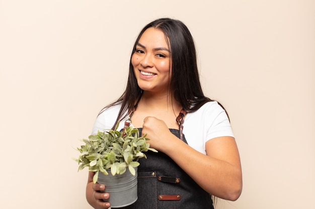 Молодая латинская женщина чувствует себя счастливой, позитивной и успешной, мотивированной, когда сталкивается с проблемой или празднует хорошие результаты
