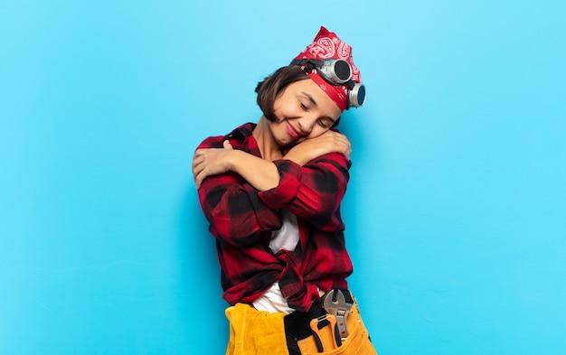 若いラテン女性は恋をし、笑顔で抱きしめ、抱きしめ、独身であり、利己的で自己中心的である