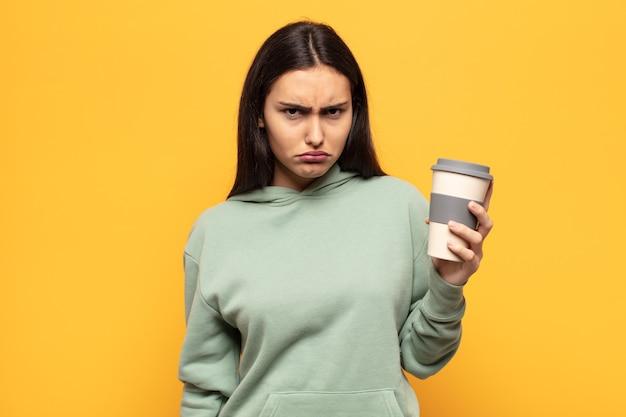 Молодая латинская женщина чувствует грусть и плаксивость с несчастным взглядом, плачет с негативным и разочарованным отношением