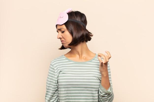 스트레스를 받고, 불안하고, 피곤하고, 좌절감을 느끼고, 셔츠 목을 당기고, 문제로 좌절감을 느끼는 젊은 라틴 여자