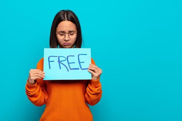 Молодая латинская женщина бесплатно концепция