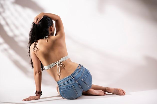 Молодая латинская женщина из бикини сзади и короткое