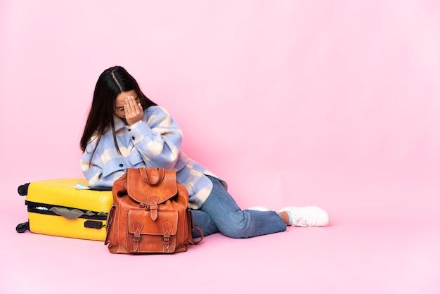 Молодая латинская женщина собирается путешествовать изолированно