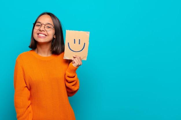 젊은 라틴 여자 행복 개념