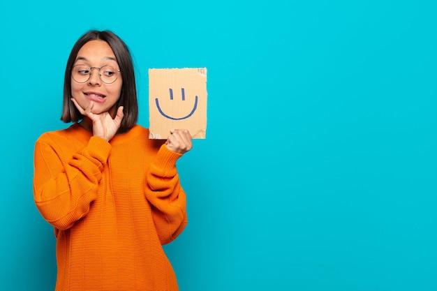 Молодая латинская женщина счастлива концепция