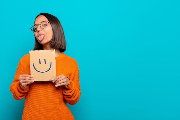 若いラテン女性の幸せなコンセプト