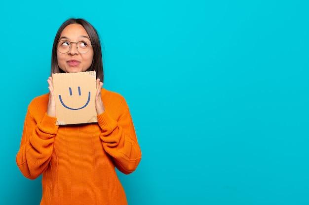 若いラテン女性の幸せな概念
