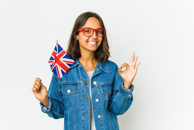 명랑 하 고 자신감이 확인 제스처를 보여주는 영어 깃발을 들고 젊은 라틴 여자.