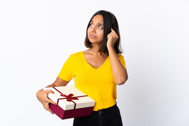 贈り物を持っている若いラテン女性