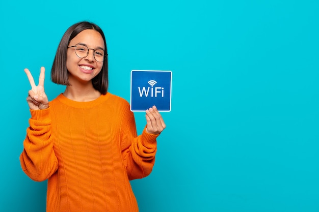 Молодая латинская женщина, держащая знак wi-fi