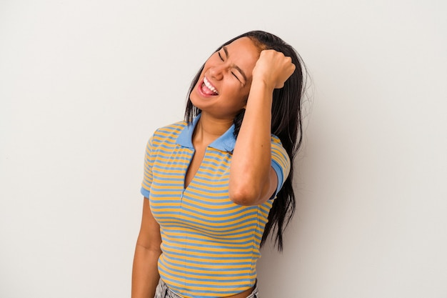 勝利、情熱と熱意、幸せな表現を祝う白い背景で隔離の若いラテン女性。