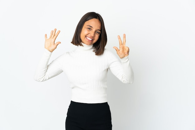 손가락으로 8 세 흰색 배경에 고립 된 젊은 라틴 여자