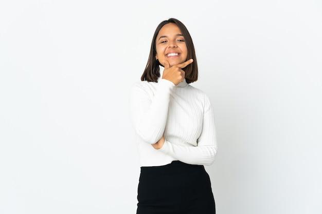 Молодая латинская женщина, изолированная на белом фоне, счастлива и улыбается