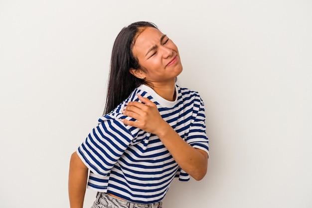 肩の痛みを持っている白い背景で隔離の若いラテン女性。